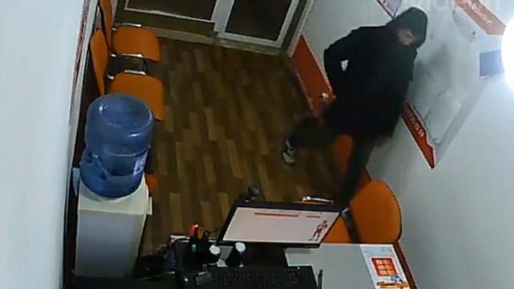 Вежливый грабитель обчистил офис микрозаймов ради поднятия настроения