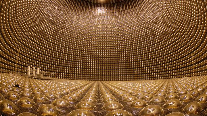 11 тысяч фотодетекторов фиксируют редкие реакции прибывающих нейтрино с частицами воды.