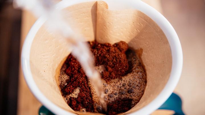 Чашечка ароматного кофе сегодня поднимает настроение многим вынужденным домоседам.