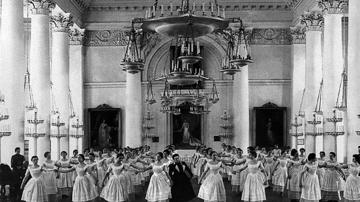 Воспитанницы Смольного института благородных девиц на уроке танцев / автор Karl Bulla / Public domain