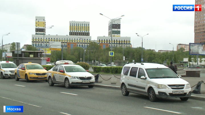 """Режим самоизоляции не помеха: жители жалуются на нелегальный таксопарк возле """"Аннино"""""""