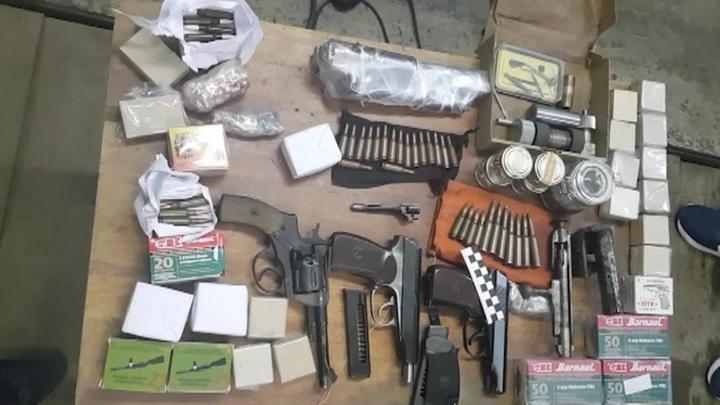 Автоматы, пулеметы и гранатометы. ФСБ накрыла несколько подпольных оружейных мастерских