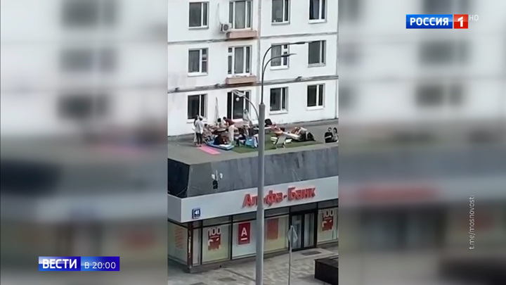 Устроивших пикник на крыше банка москвичей доставили в полицию