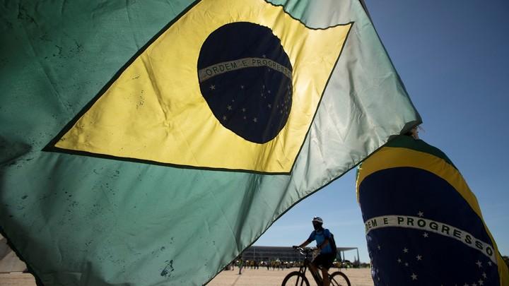 МИД Бразилии подал в отставку на фоне критики по поводу дефицита вакцин от ковида