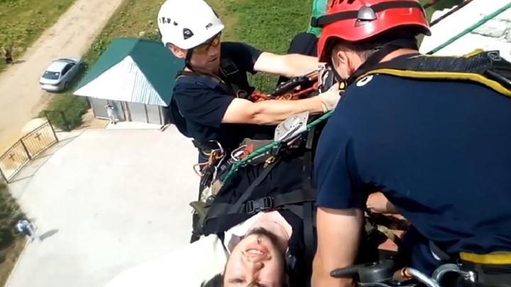 Спасатели эвакуировали травмированного звонаря с 26-метровой колокольни. Видео