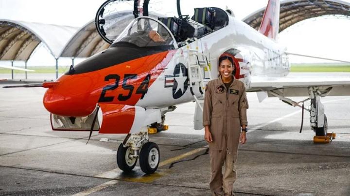 В ВМС США появится первая темнокожая женщина – пилот истребителя