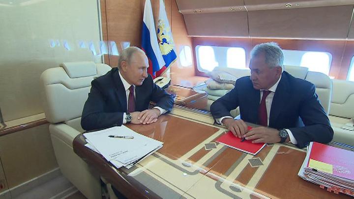 Путин побеседовал с Шойгу в самолете
