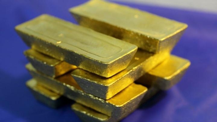 Золото дешевеет на фоне роста доллара и доходности американских гособлигаций