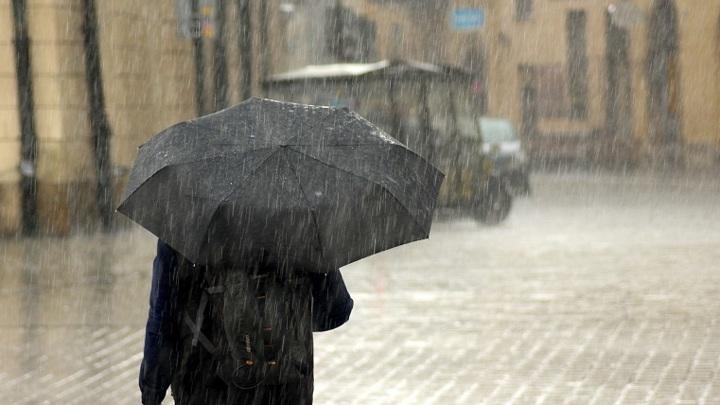 На Керчь обрушился тропический ливень, город затопило