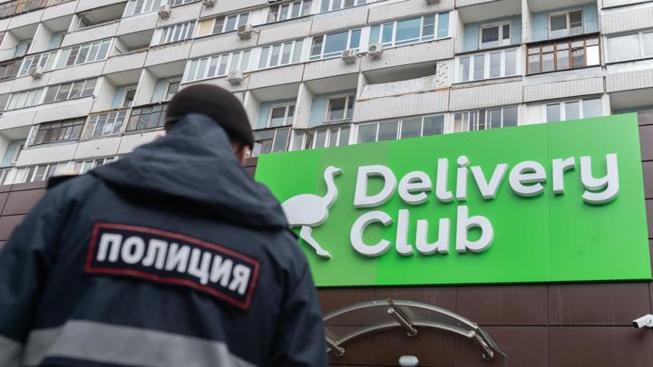 "В Москве курьер предложил клиентке провести ""полчасика вместе"", пока мужа нет дома"