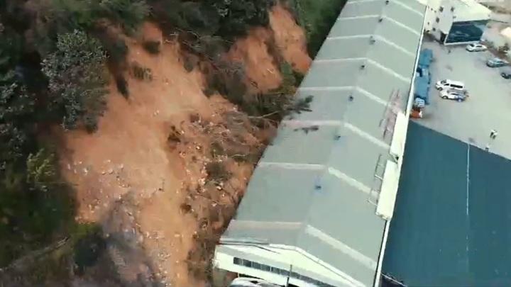 Оползень за секунды уничтожил заводской цех в Южной Корее