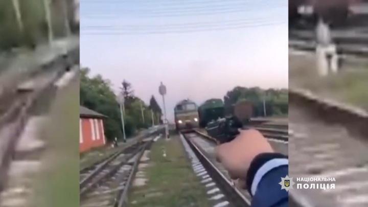 Пьяные приятели со стрельбой остановили поезд ради эффектного видео