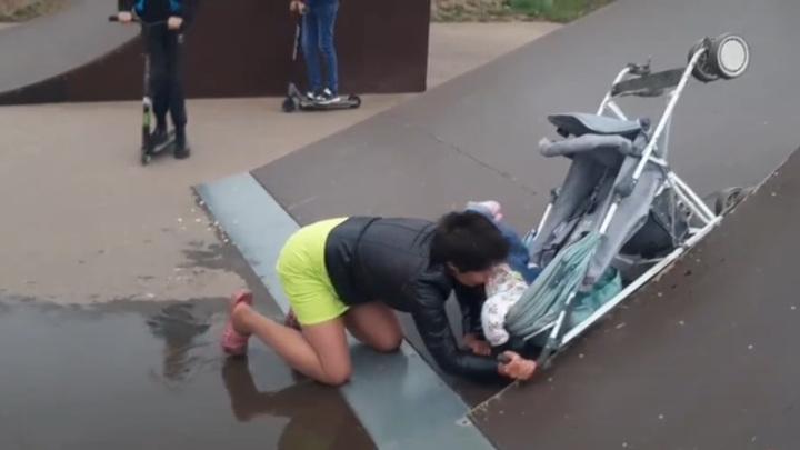 Коляска с ребенком вместо скейтборда: безумные выходки пьяной женщины попали на видео