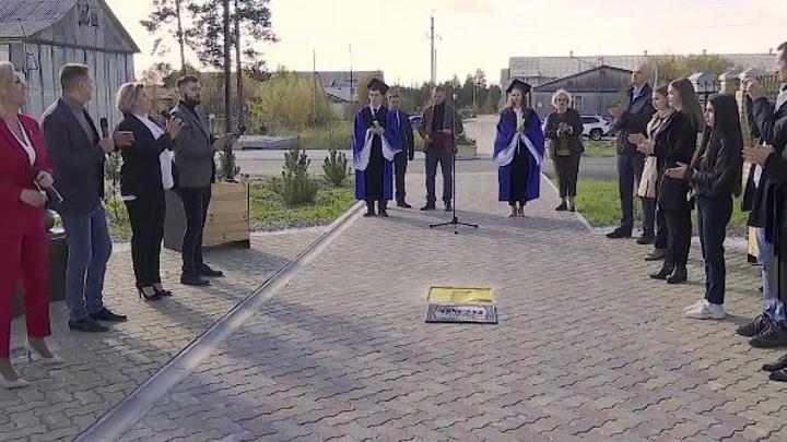 В Муравленко заложили капсулу времени и торжественно открыли Аллею лицеистов