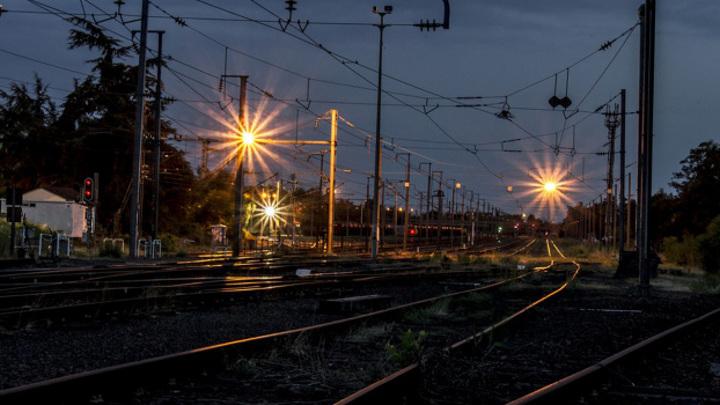 В Воронежской области грузовой поезд насмерть сбил стоящего на путях парня