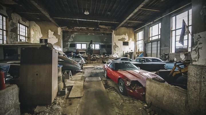 В заброшенной школе нашли коллекционные автомобили