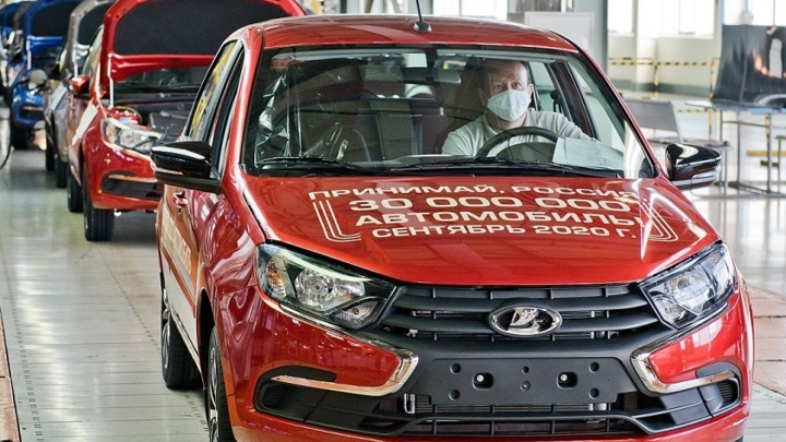 Продажи новых легковых машин в октябре выросли на 7% впервые с января