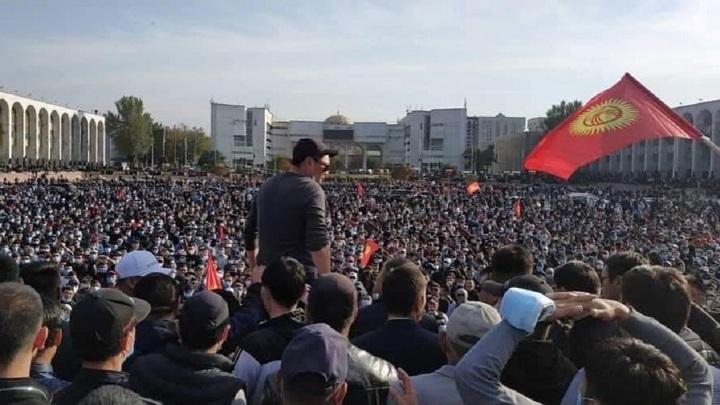 В столице Киргизии вводится комендантский час, запрещаются митинги