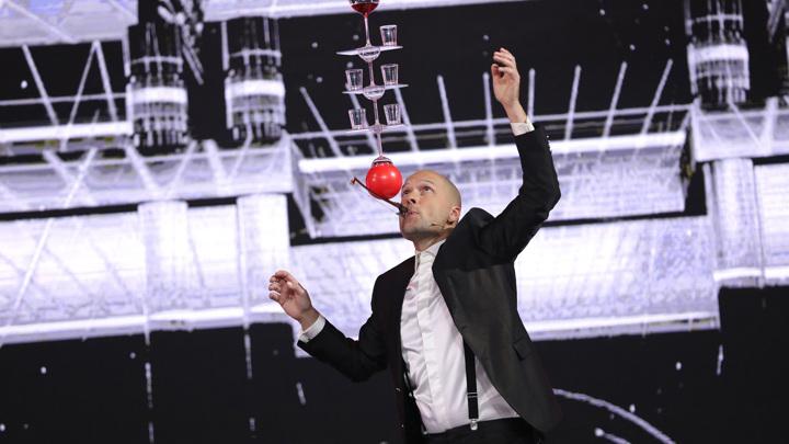 """Шестой выпуск шоу """"Удивительные люди"""" завершился победой мастера баланса Ричарда Йанмана"""