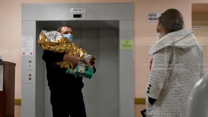 Полину привезли в теплосберегающем коконе Фото: Артем Устюжанин / E1.RU