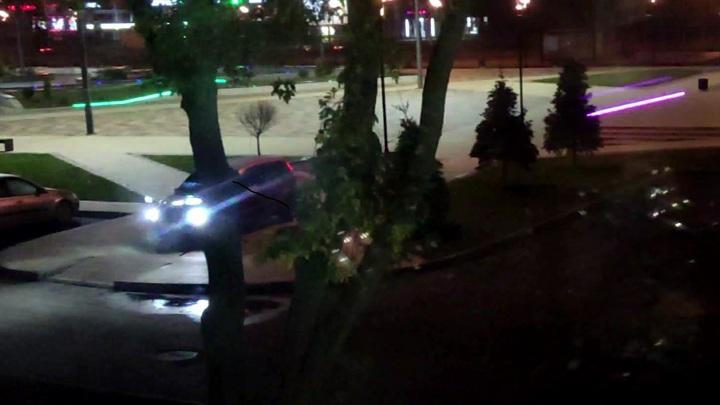 Ярославцы в шоке: новый сквер стал местом для парковки