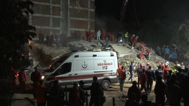 В Измире девочку спасли через 65 часов после землетрясения