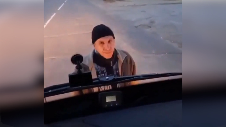 Пассажир без маски 30 минут блокировал автобус в Ангарске