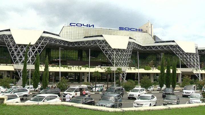 Более двух тысяч человек застряли в аэропорту Сочи из-за непогоды