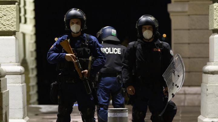 В Цюрихе феминистка покусала полицейского