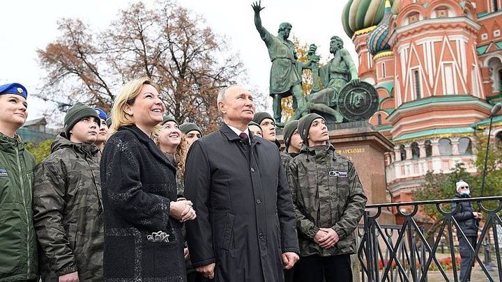 На Спасской башне Московского Кремля заиграли новые колокола