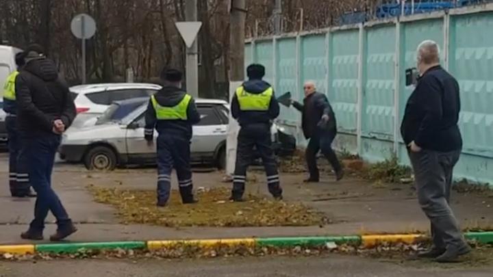 Подмосковный таксист устроил с полицейскими потасовку из-за эвакуации машины