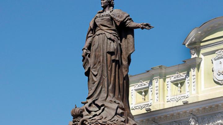 В Одессе прошла акция с требованием снести памятник Екатерине II