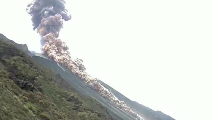 Взрыв в кратере вулкана произошел недалеко от Сицилии