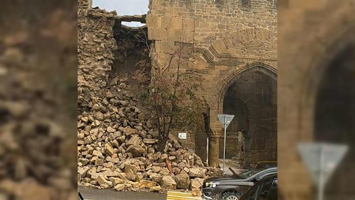 Стена Дербентской крепости обрушилась после проливных дождей