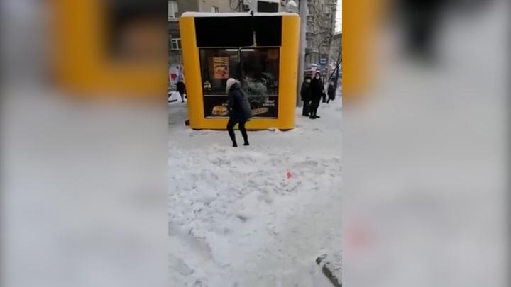 Сибирячка разбила кирпичом витрину с шаурмой