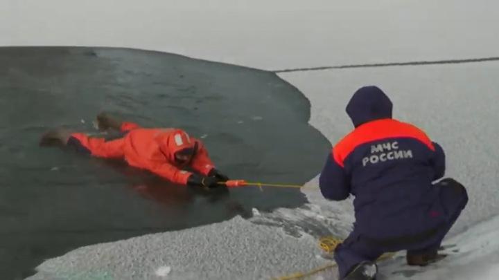 Иркутские спасатели показали, как помочь провалившимся под лед