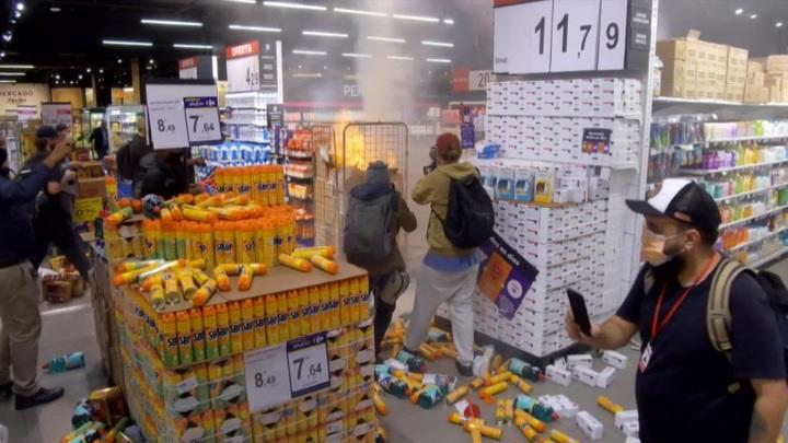 В Бразилии протестующие громят супермаркеты после убийства чернокожего мужчины