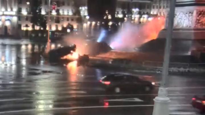 В центре Минска автомобиль перелетел через монумент и загорелся