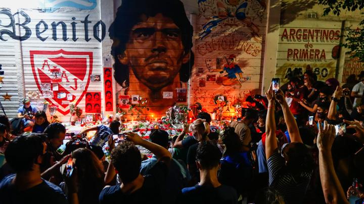 Марадону провожают аплодисментами и песнями