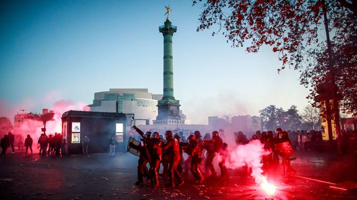 Столкновения демонстрантов и полиции продолжаются в Париже
