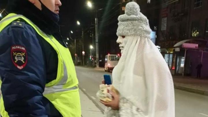 По улицам Смоленска дефилирует мужчина в образе невесты