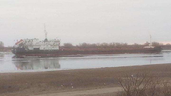 Сухогруз с кукурузой сел на мель в Каспийском море