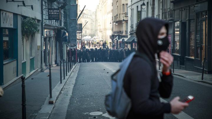 Французы вышли на протесты с отвертками и гаечными ключами