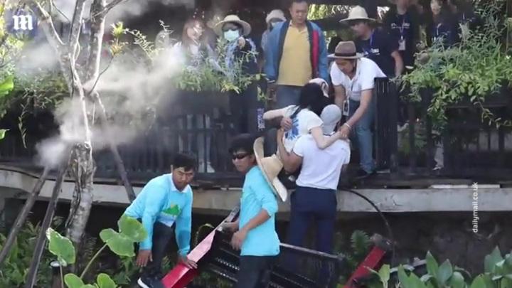 Конкурс красоты чудом избежал трагедии: 30 тайских красавиц рухнули вместе с мостом в воду