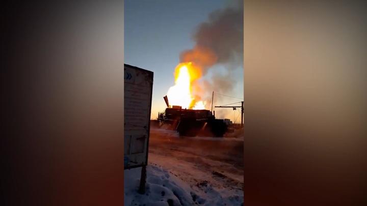 Огонь превратил нефтяную скважину в 25-метровый факел