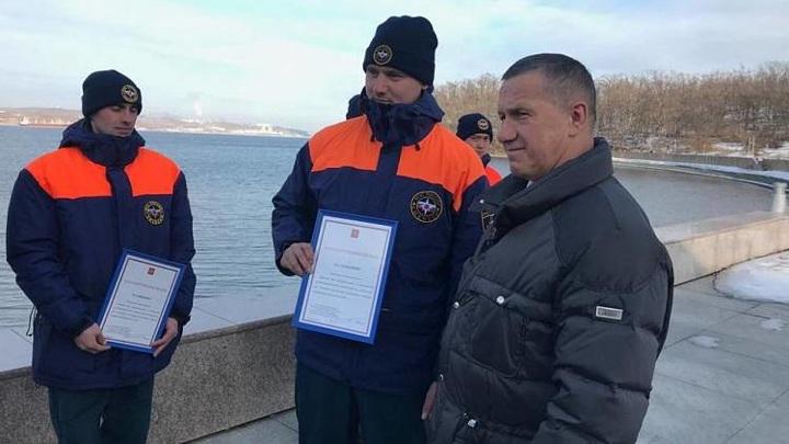 Приморских альпинистов наградили за очистку моста на остров Русский