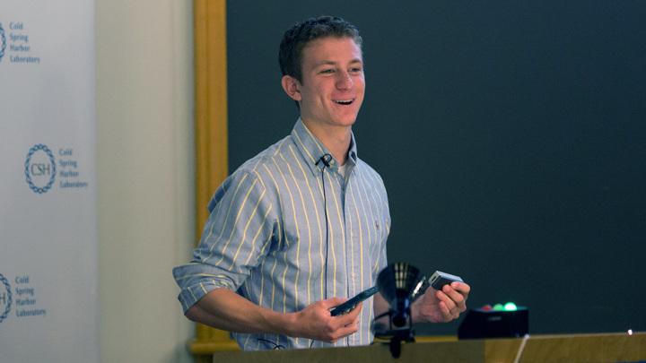 Разработчик приложения iGenomics Асприн Палатник держит в руках карманную генетическую лабораторию: в правой -iPhone, а в левой - секвенатор генома.