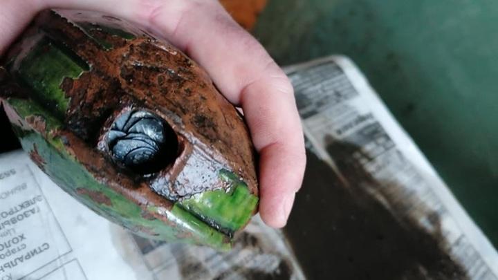 Фляга-пороховница, покрытая зелёной глазурью, вероятно, не раз побывала в ковше экскаватора. Да только никто её так и не заметил.