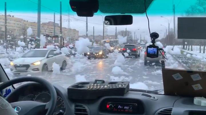 """Специалисты нашли возможную причину """"пенной вечеринки"""" на реке Петербурга"""