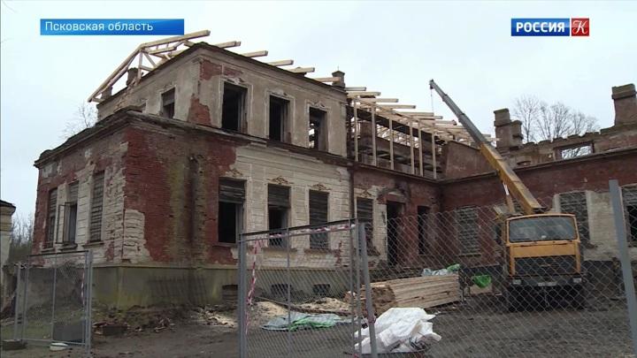 Специалисты создают временную кровлю усадьбы Волышово в Псковской области